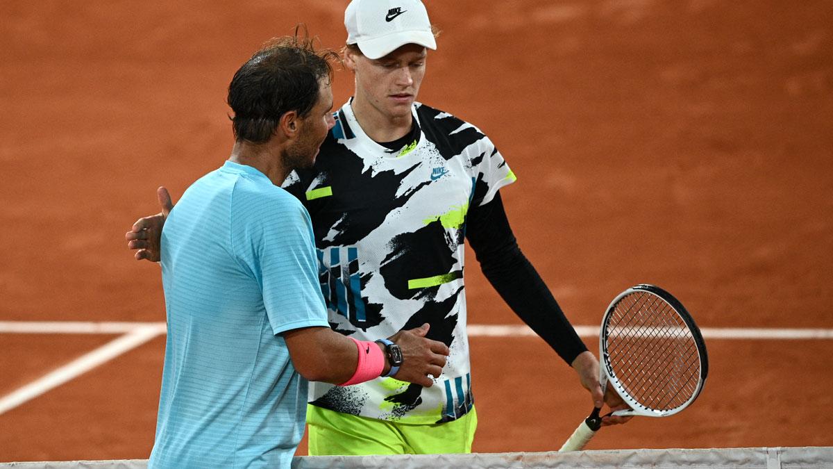 Sinner felicita a Nadal tras su enfrentamiento en Roland Garros en 2020 (AFP)
