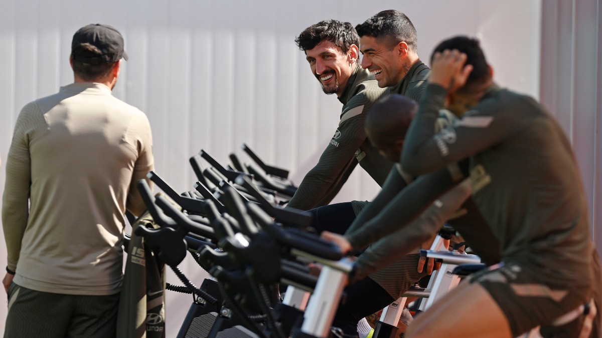 Los jugadores del Atlético trabajan con el equipamiento de BH Fitness.