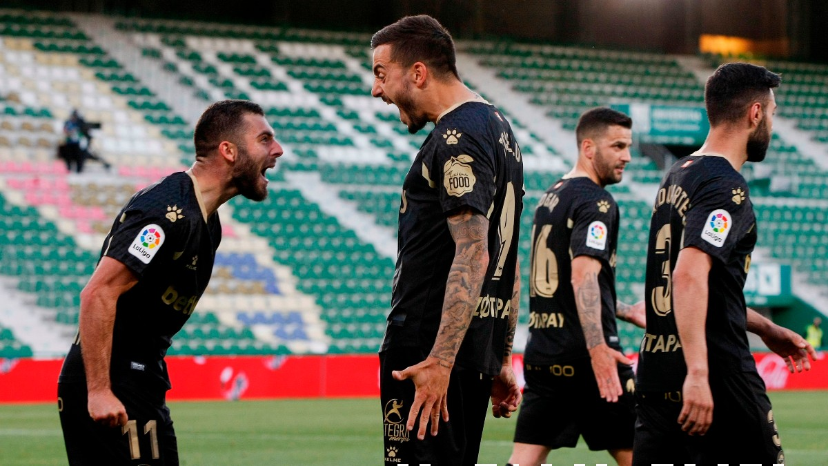 Rioja y Joselu celebran un gol. (EFE)