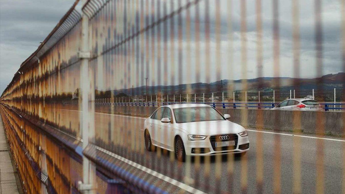 Un coche circulando por la autopista A8 (Carlos Castro / Europa Press).