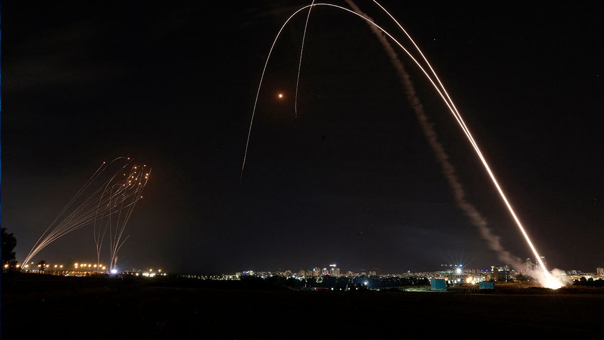 El sistema de defensa aérea Iron Dome de Israel se lanza para interceptar un cohete lanzado desde la Franja de Gaza