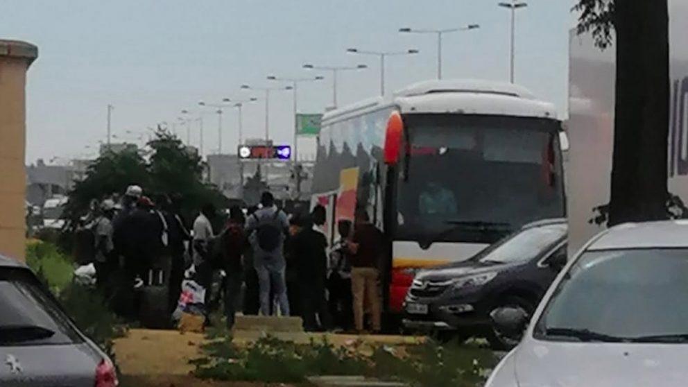 Inmigrantes bajan de un autobús en Sevilla.