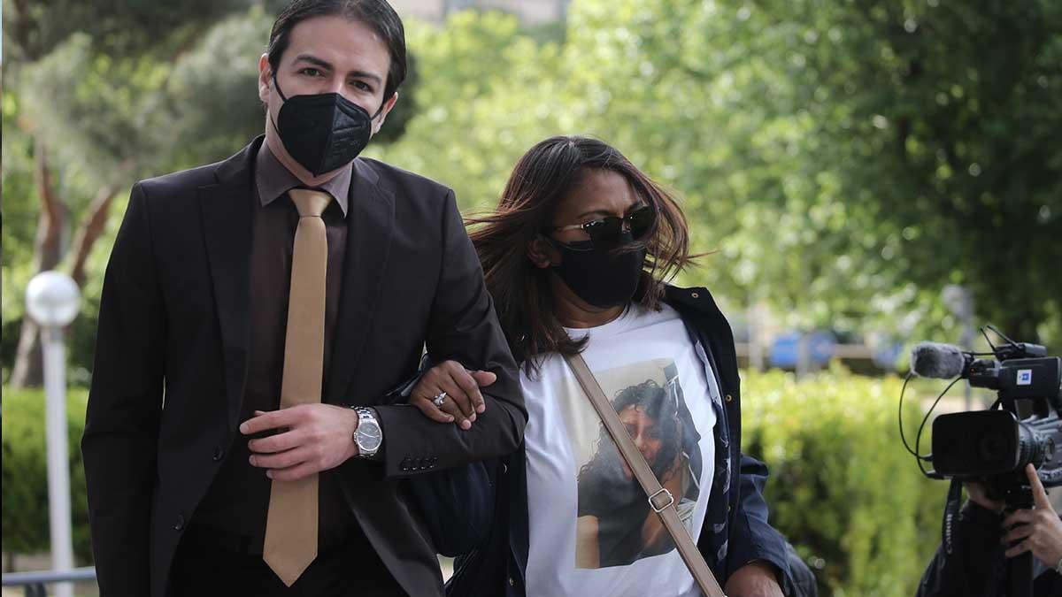La madre de Heidi Paz, Gloria Francis Bulnes, a su llegada con su abogado al juicio. Foto: EP