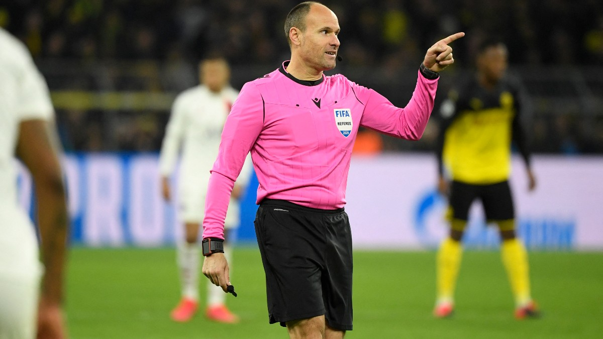 Lahoz, durante un partido del Champions League. (AFP)