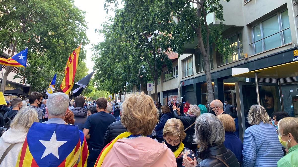 Separatistas protestando delante de la sede de ERC en Barcelona.