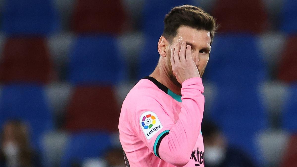 Leo Messi, tras uno de los goles del Levante que sentenciaron LaLiga para el Barça. (AFP)