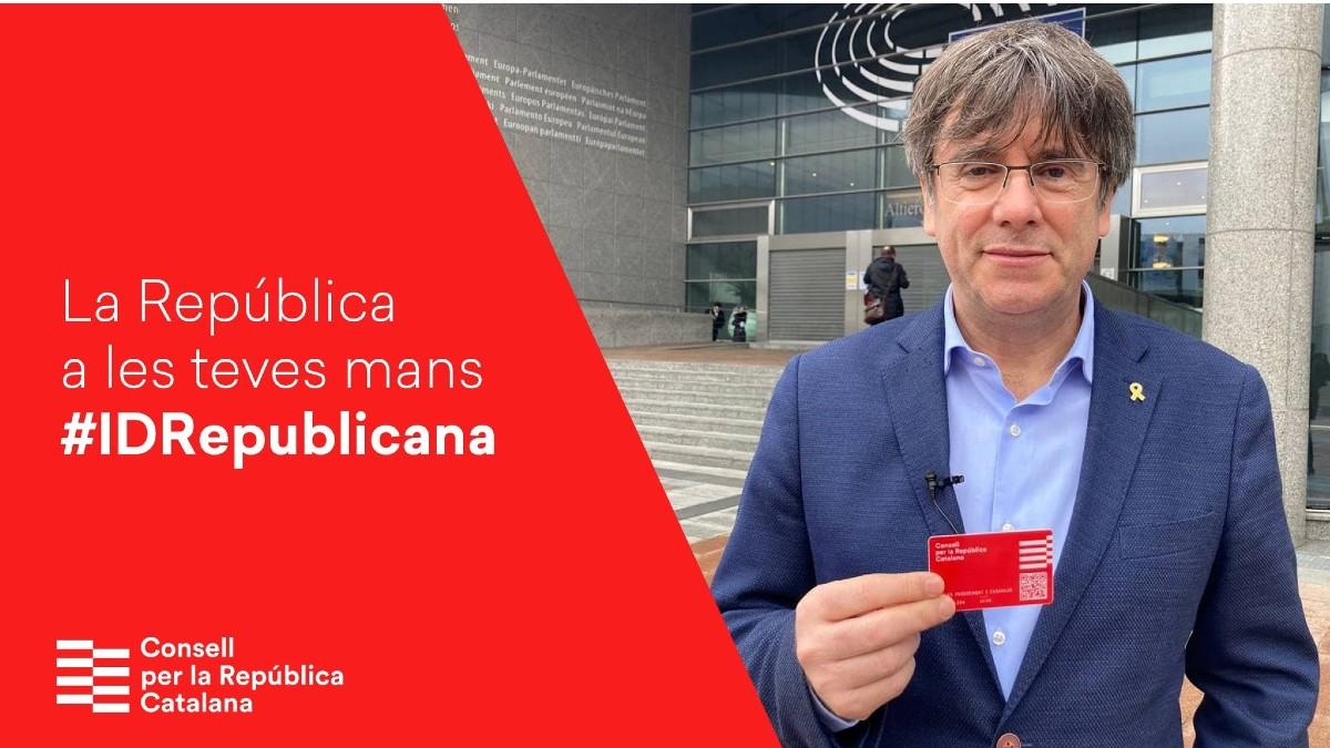 El fugado Carles Puigdemont posando con su 'DNI catalán'.