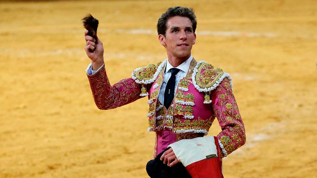 Ginés Marín exhibe la oreja cortado al segundo de su lote, este jueves en Madrid (Foto: EFE).