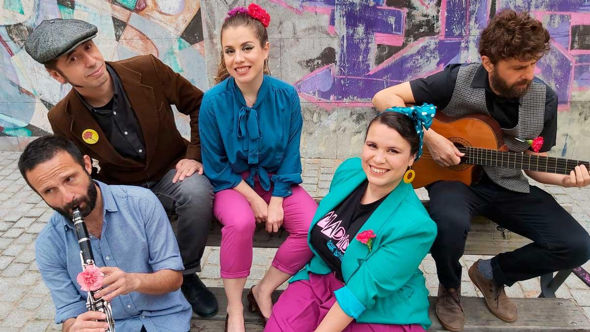 Las integrantes de Livianas Provincianas y los integrantes de Variedades Azafrán. Foto: EP