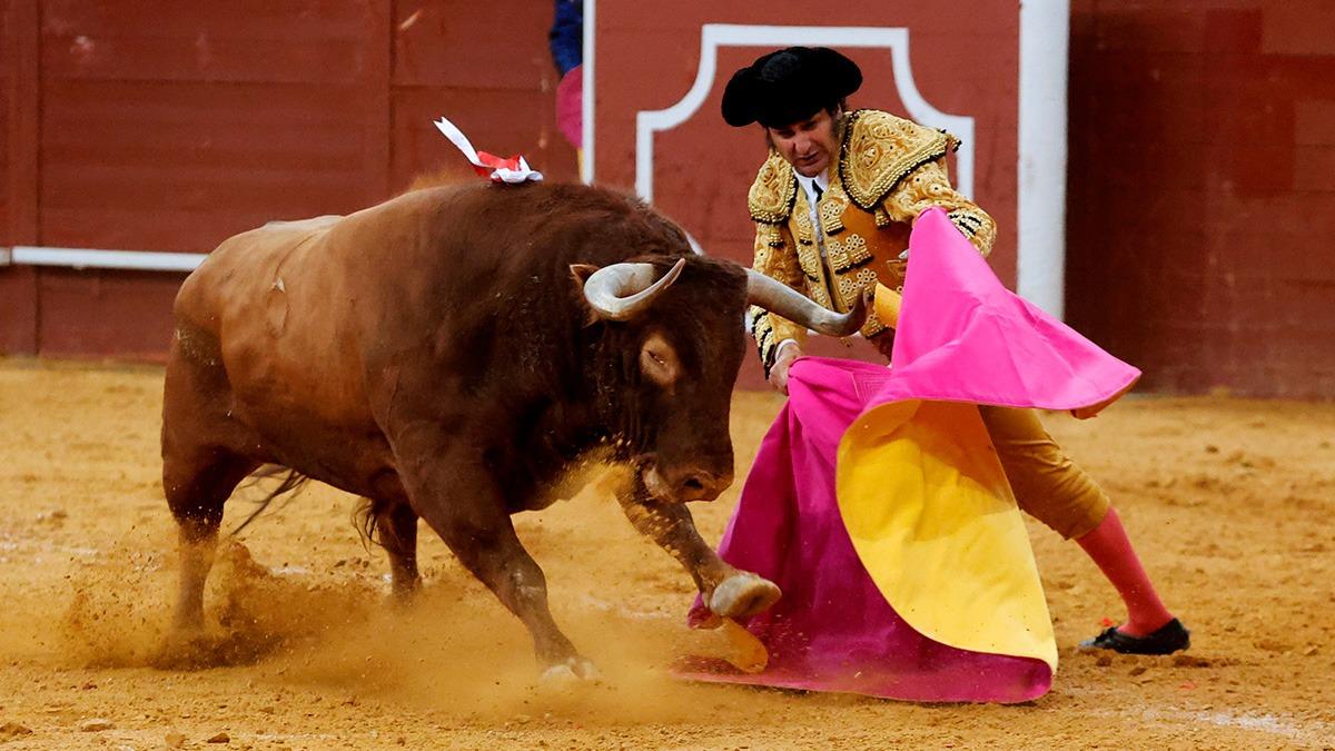 Morante torea de capote al primero de su lote, este viernes en Madrid (Foto: EFE).).