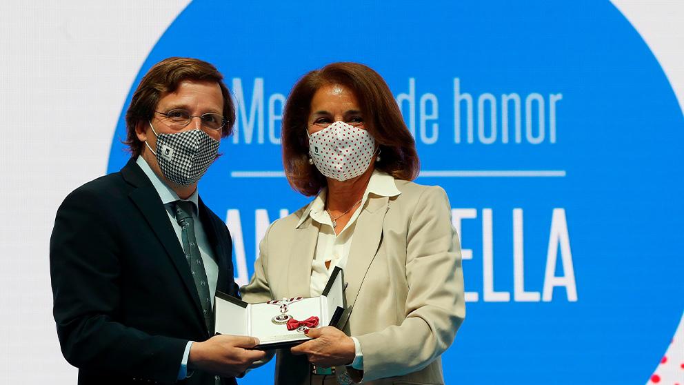 Ana Botella recibe la medalla de la Comunidad de Madrid