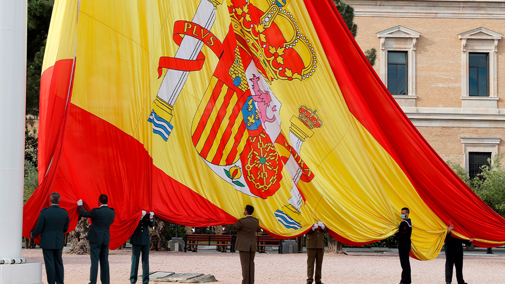 Gran bandera de España que preside Colón. (Foto: EFE)