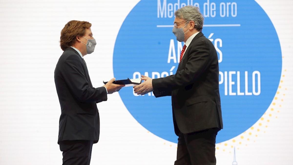 Trapiello recibe la Medalla de Oro del Ayuntamiento de Madrid. (Efe)