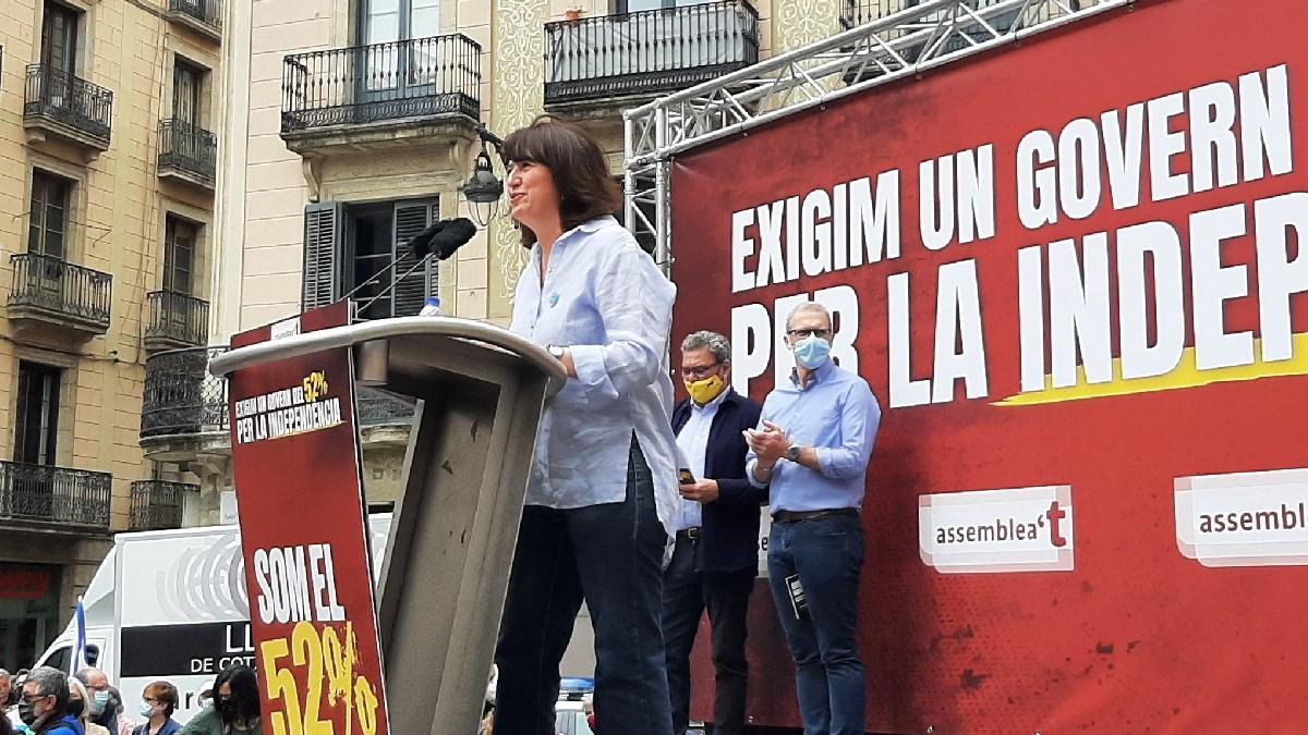La presidenta de la ANC, Elisenda Paluzie, este domingo en la plaza de San Jaume de Barcelona. (Foto: ANC)