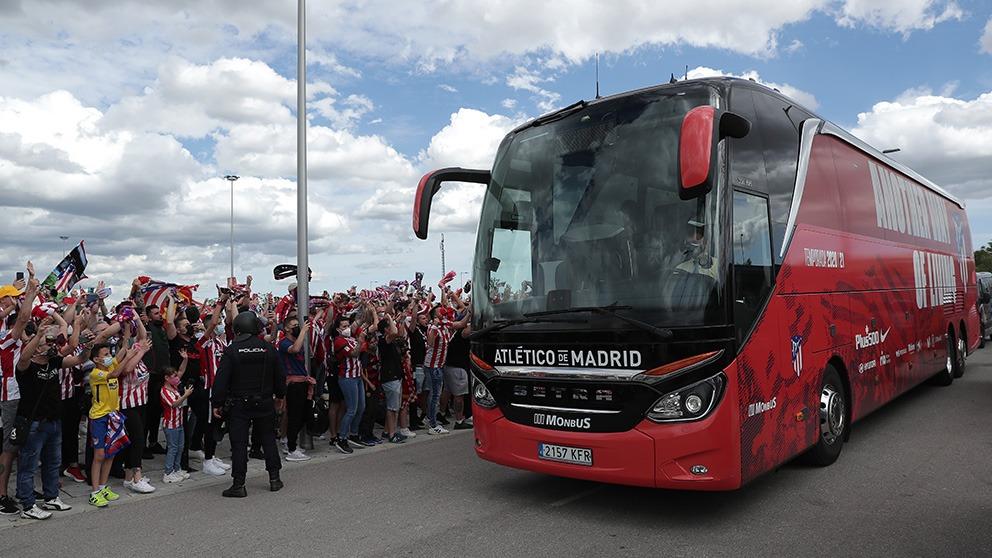 Más de cinco mil aficionados recibieron al autobús del Atlético a su llegada al Wanda. (@NeptunoATM )