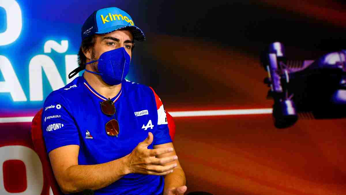 Fernando Alonso en rueda de prensa. (@AlpineF1Team)