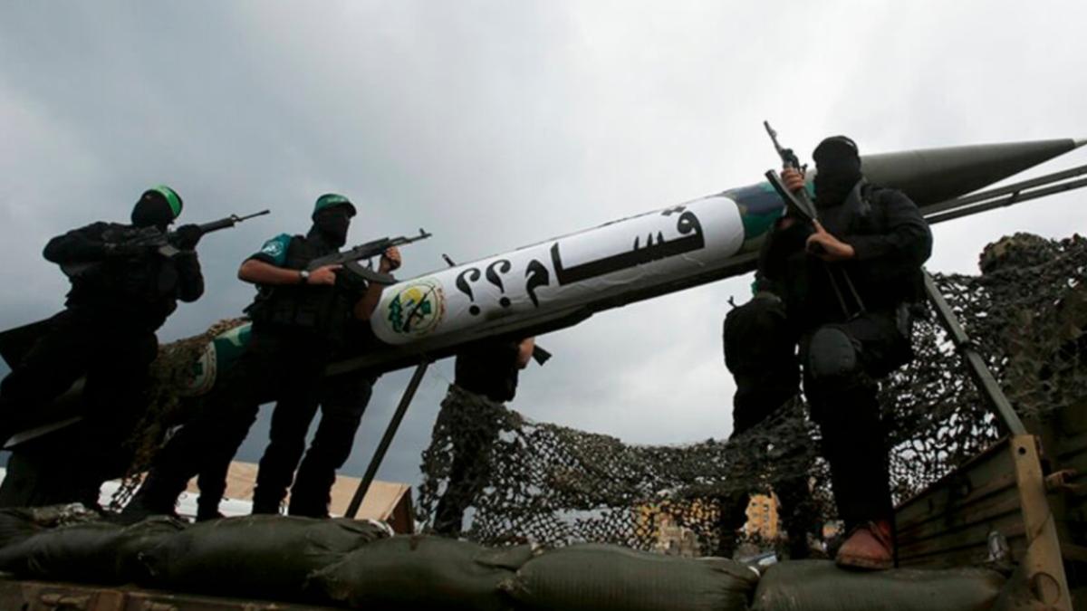 Milicianos de Hamás posan con uno de los misiles lanzados estos días.