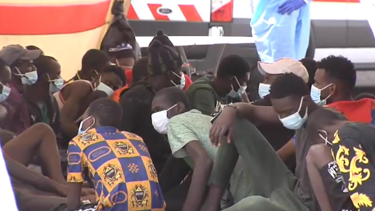 Medio centenar de subsaharianos llega en un cayuco al puerto de Arguineguin