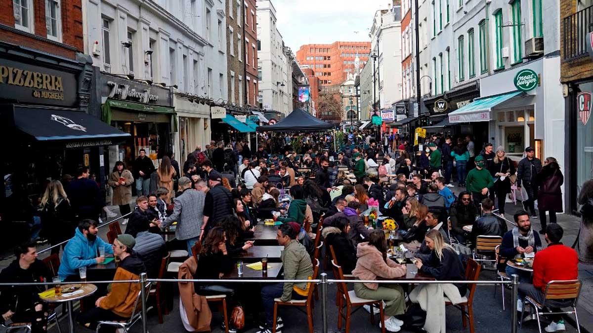Ciudadanos londinenses disfrutan de la reapertura de los pubs y bares en la zona del Soho de Londres. Foto: AFP