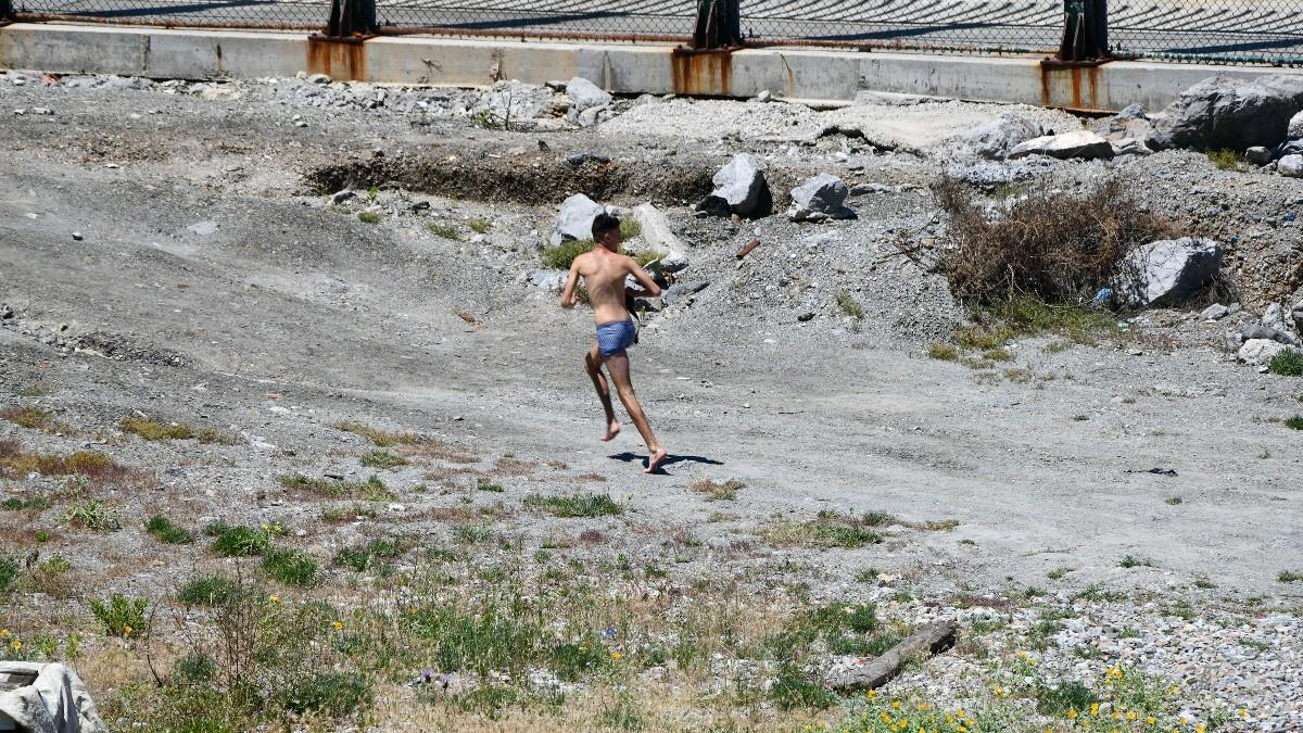Un joven migrante marroquí sale de una playa de Ceuta. (Antonio Sempere – Europa Press)