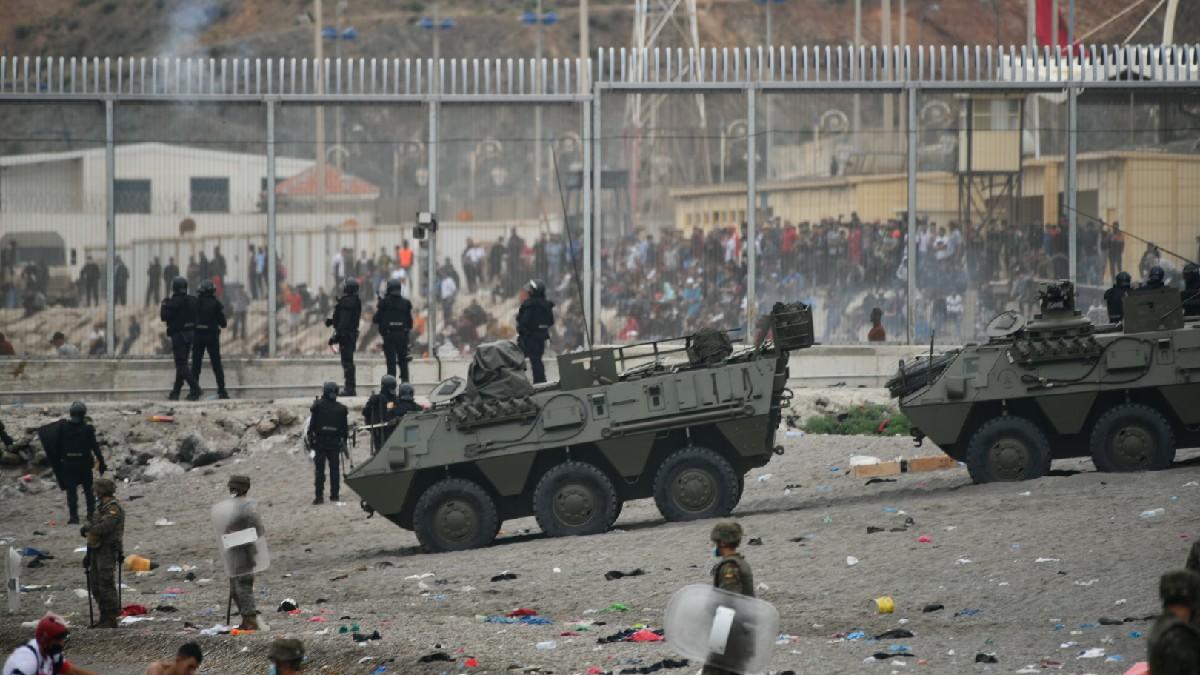 Los BMR del Ejército de Tierra en la frontera de Ceuta con Marruecos. (Foto: EP)