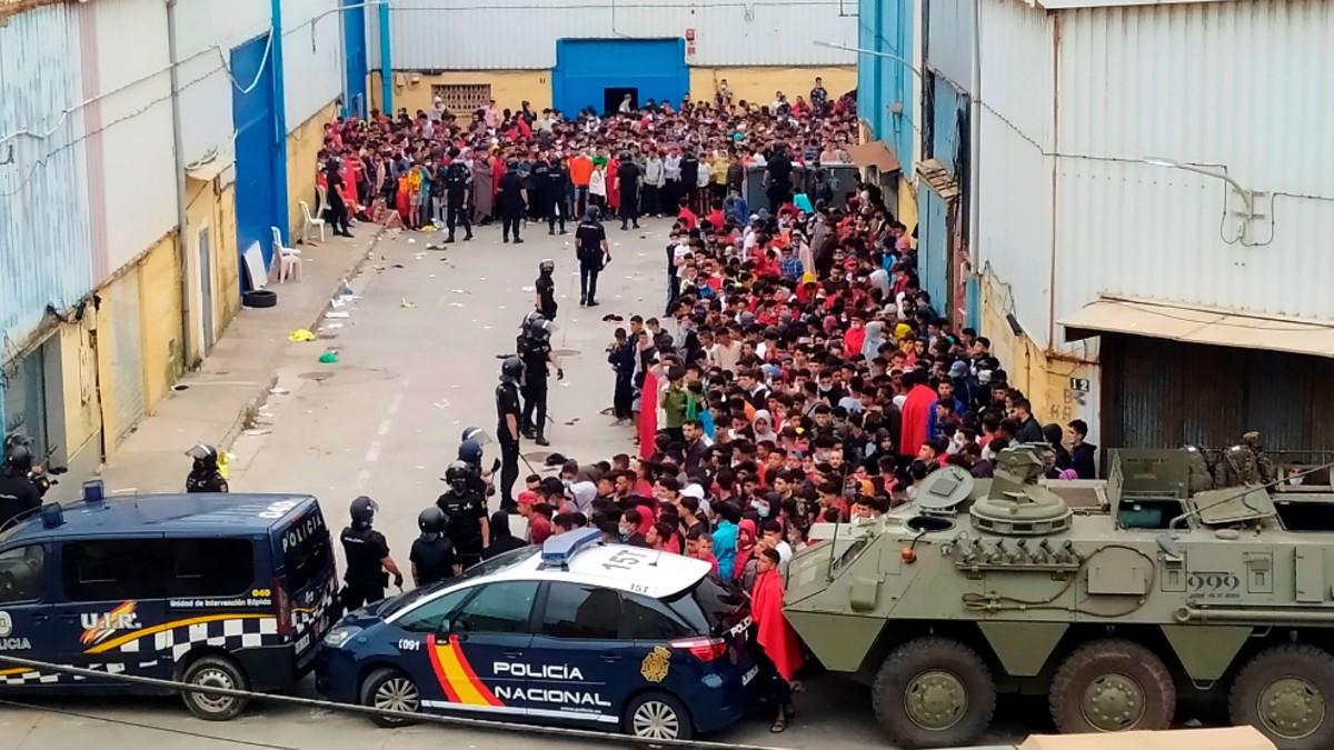 Policía y Ejército vigilan a inmigrantes ilegales en Ceuta. (Foto: Efe)