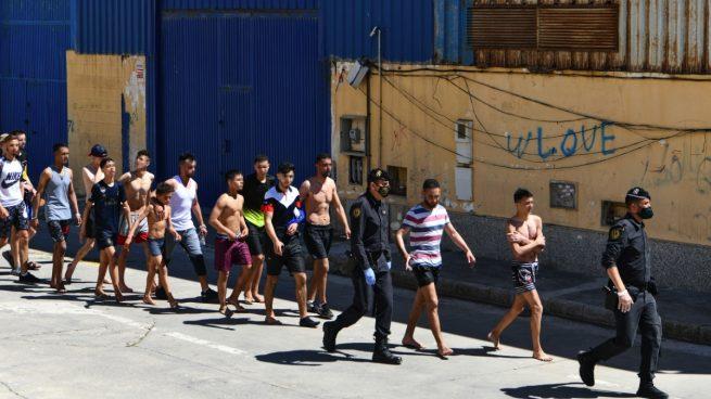 Un grupo de jóvenes inmigrantes marroquíes en Ceuta. (Foto: Antonio Sempere - Europa Press)
