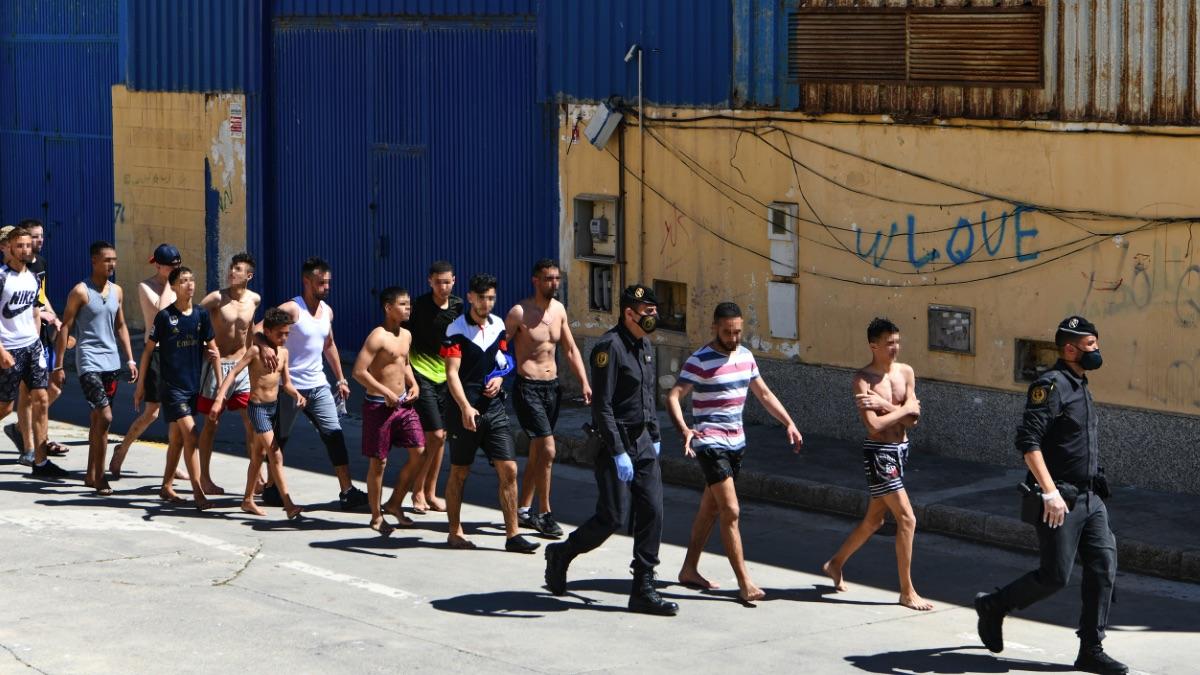 Un grupo de jóvenes inmigrantes marroquíes en Ceuta .