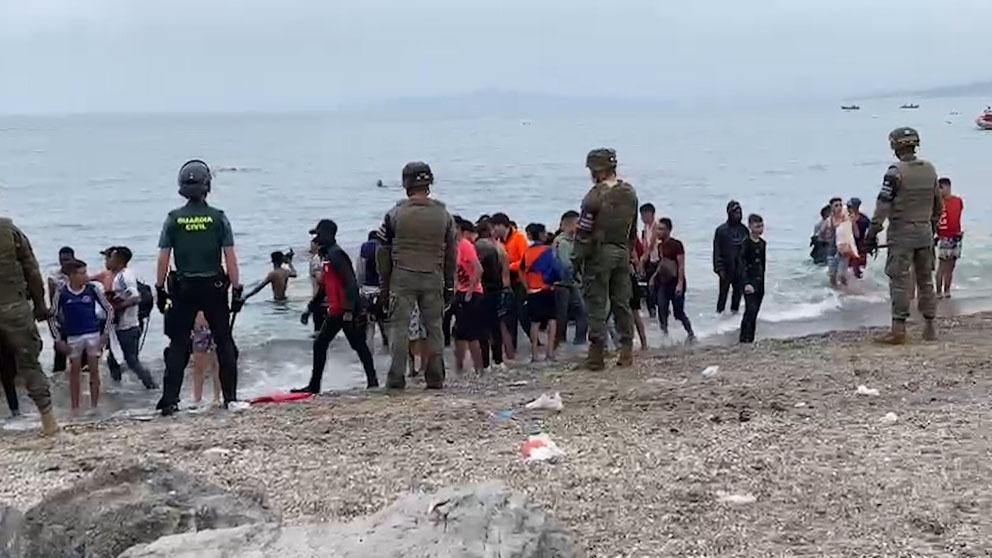 Militares custodian la playa de El Tarajal.