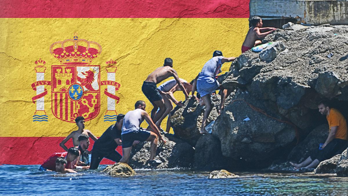 Jóvenes marroquíes llegando a Ceuta de forma irregular.