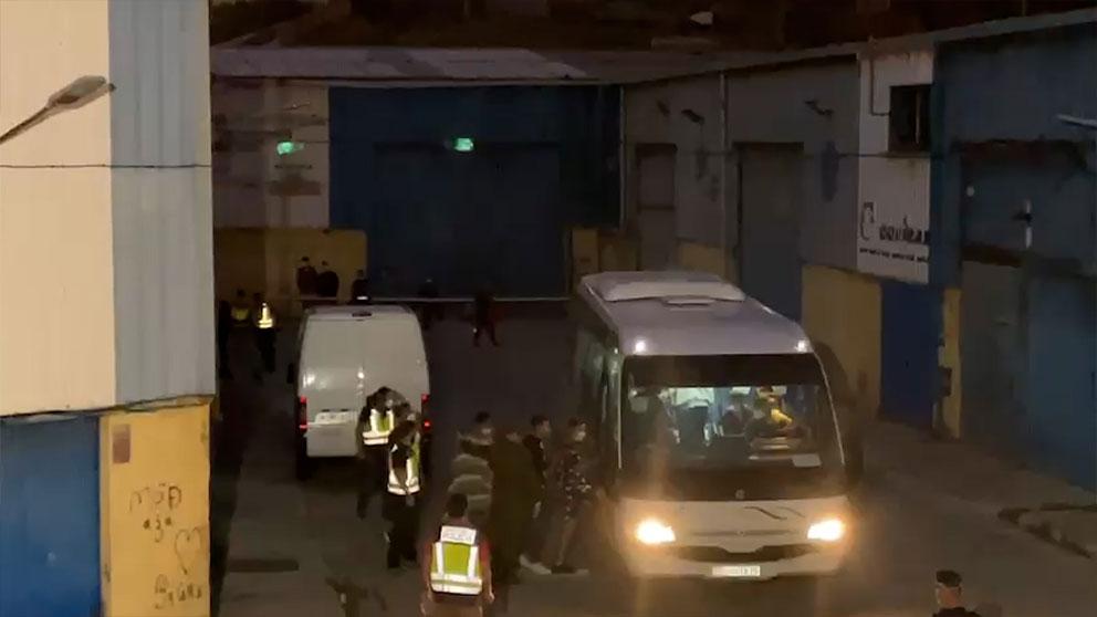 Autobús trasladando a menores inmigrantes en Ceuta.