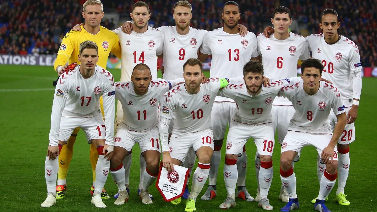 La selección de Dinamarca antes de jugar un partido. (AFP)