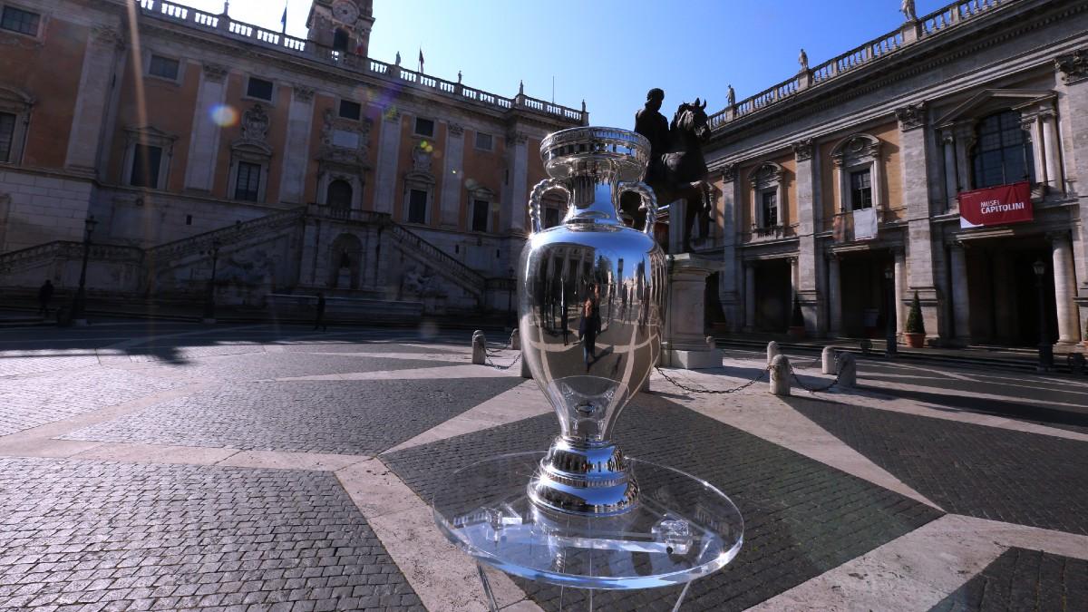 El trofeo de la Eurocopa 2020, en Roma. (Getty)