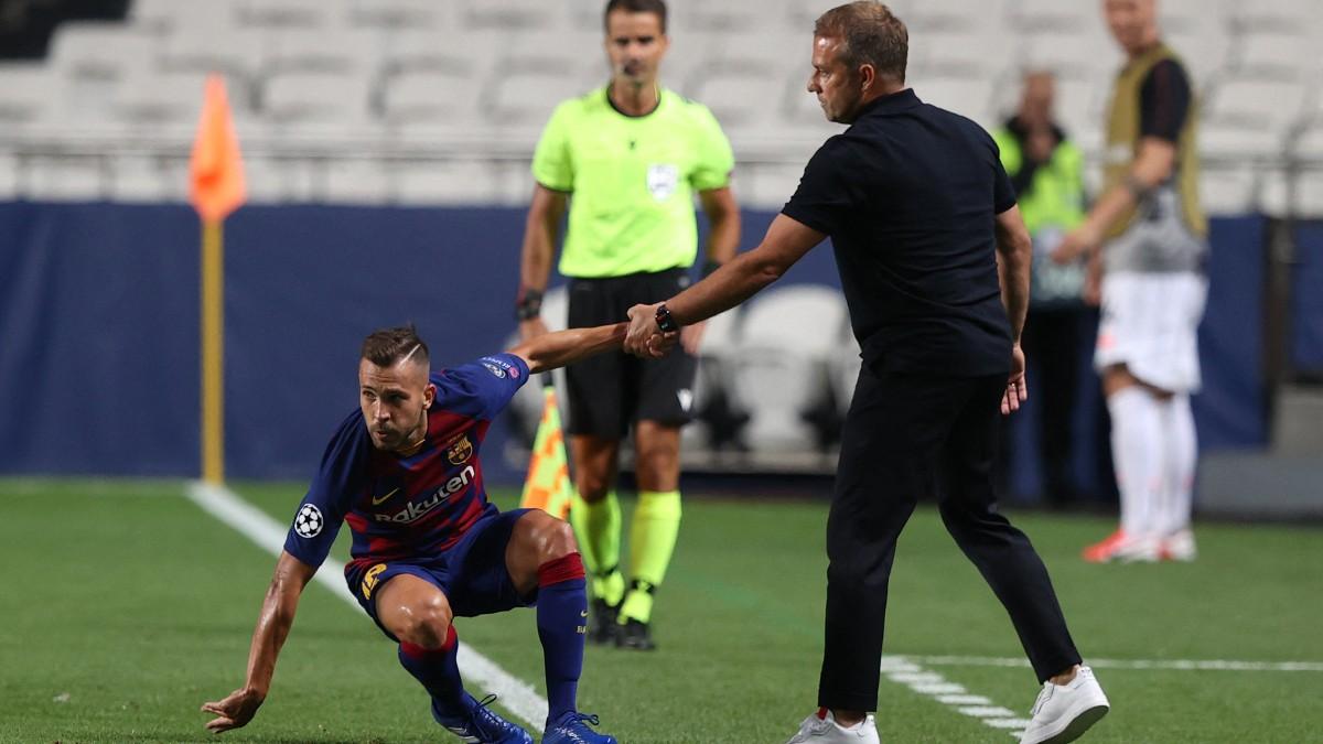 Hansi Fick levanta a Jordi Alba durante el Barcelona-Bayern de la pasada temporada. (AFP)