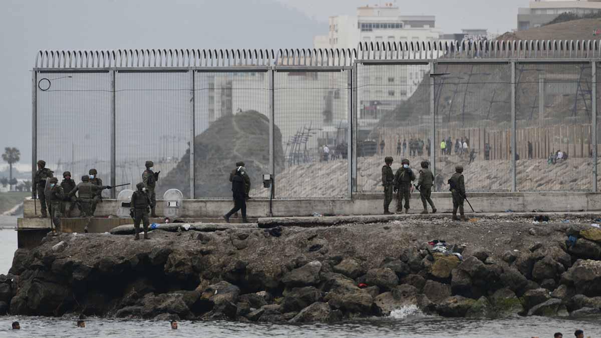 Varios militares del ejército español en la frontera de Ceuta. Foto: EP