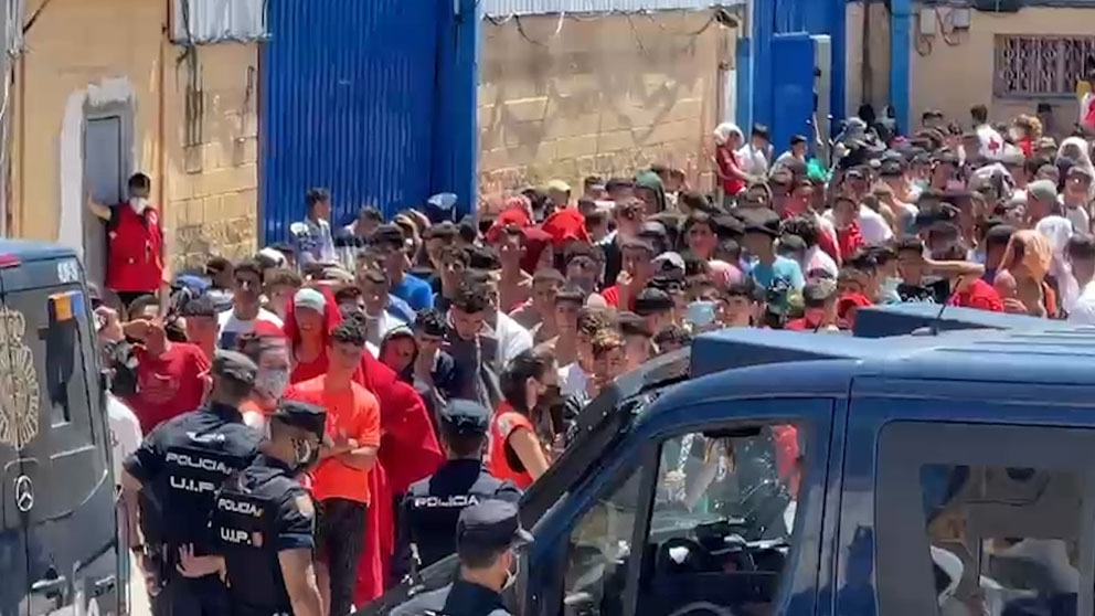Desalojo de menas en Ceuta para su traslado.