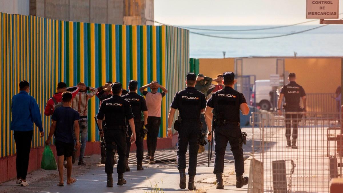 Policías nacionales en Ceuta. (Foto: Efe)