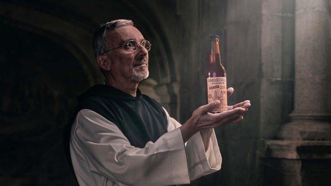 Los monjes del Monasterio de Sobrado dos Monxes celebran cantando que su nueva cerveza de Abadía ya está a la venta