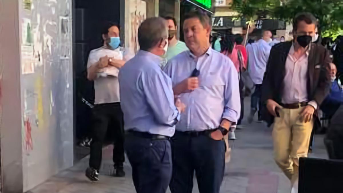 Emiliano García-Page, sin mascarilla a la entrada de la plaza de Vistalegre de Madrid.