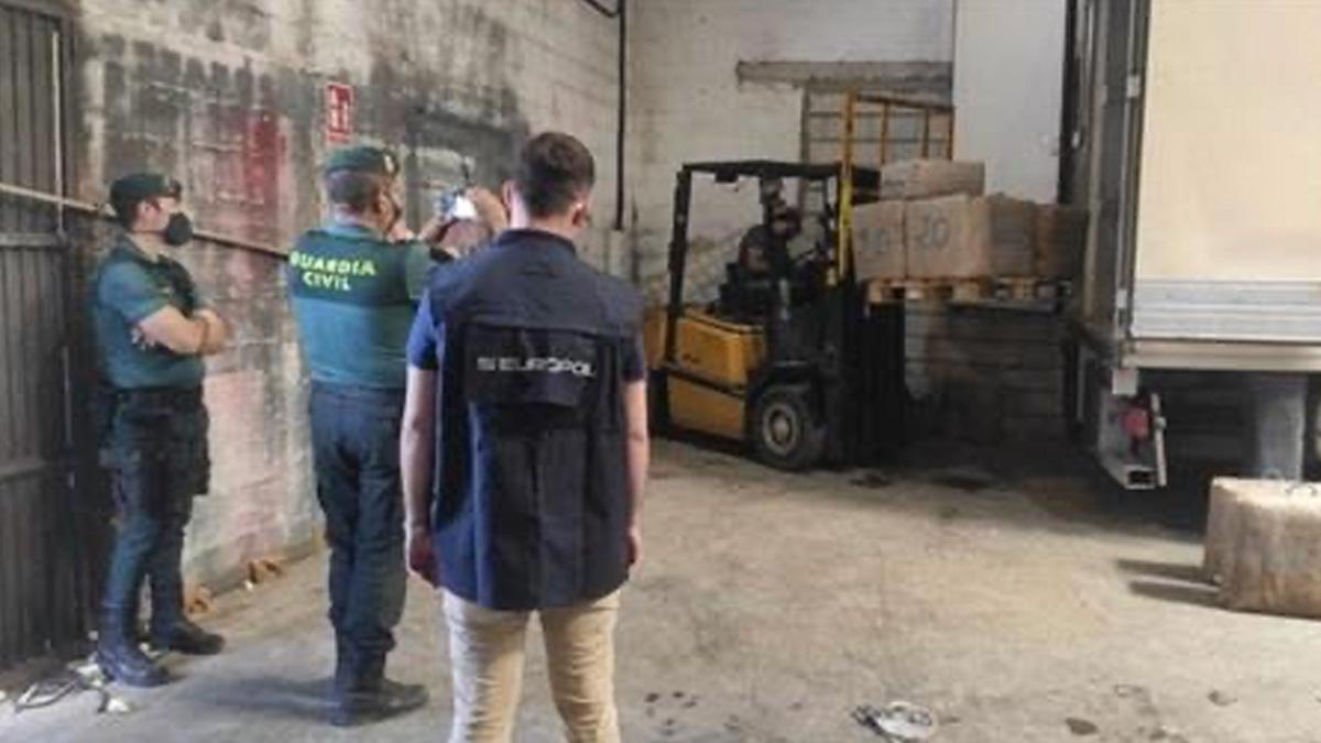 Incautado en Sevilla el mayor alijo de la década: siete toneladas de hachís marroquí ocultos en un nave.