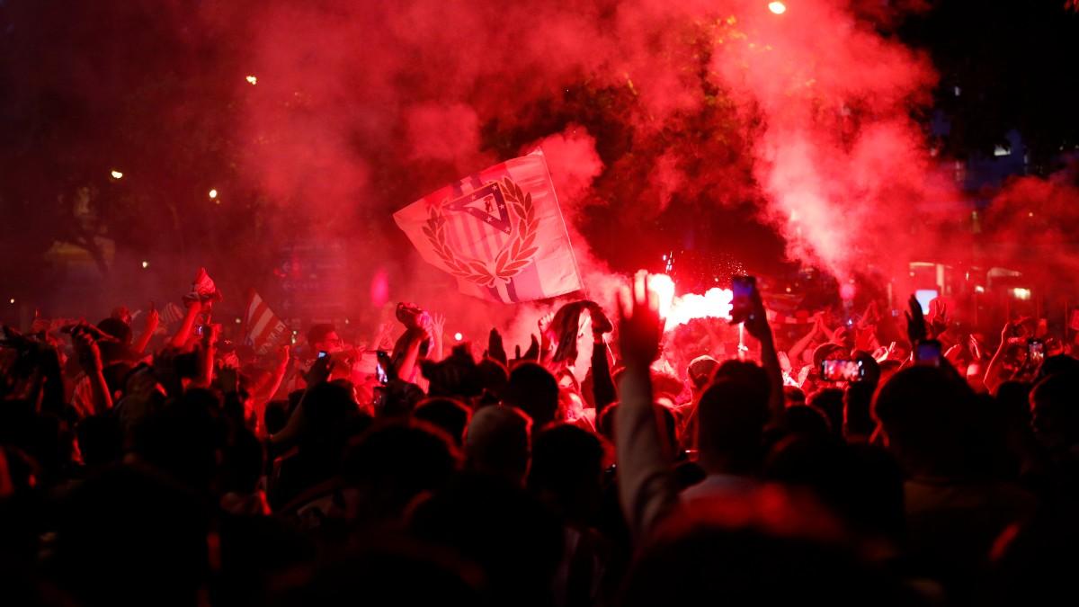 Los aficionados del Atlético celebran la Liga en Neptuno. (EFE)