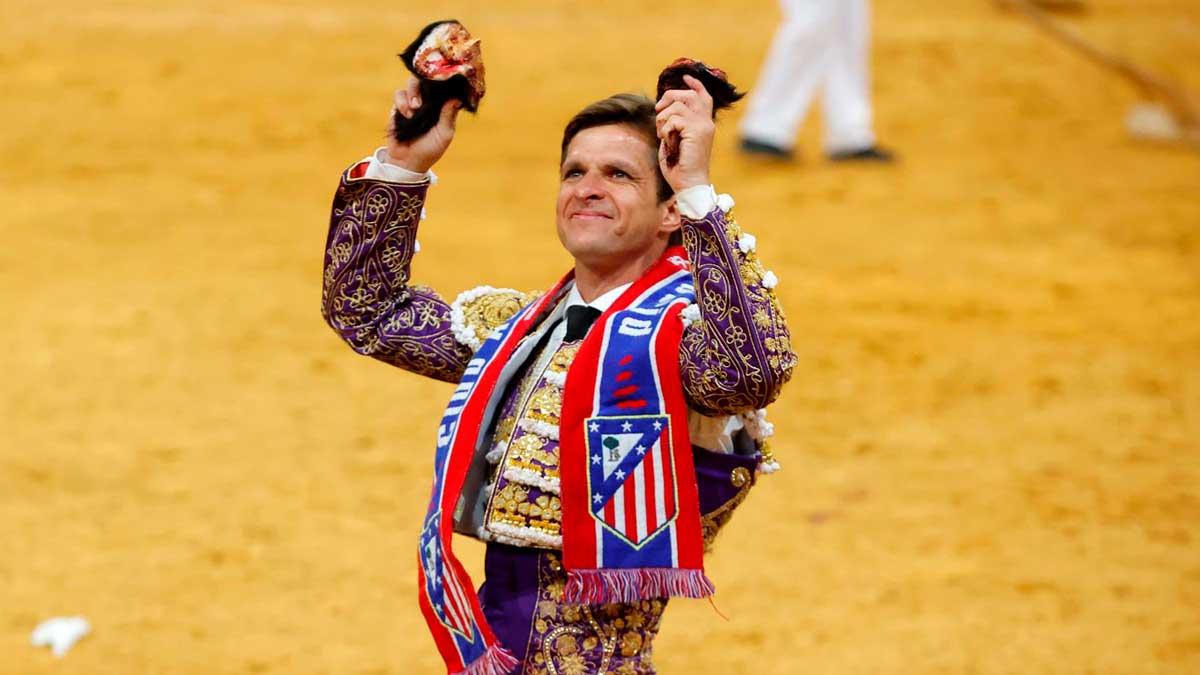Julián López «El Juli» da la vuelta al ruedo con una bufanda del Atlético de Madrid en el décimo festejo de la Feria de San Isidro. Foto: EFE