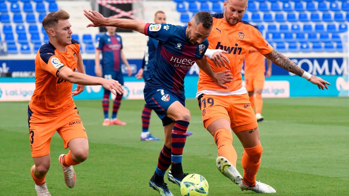 Ferreiro disputa un balón en el partido contra el Valencia. (EFE)