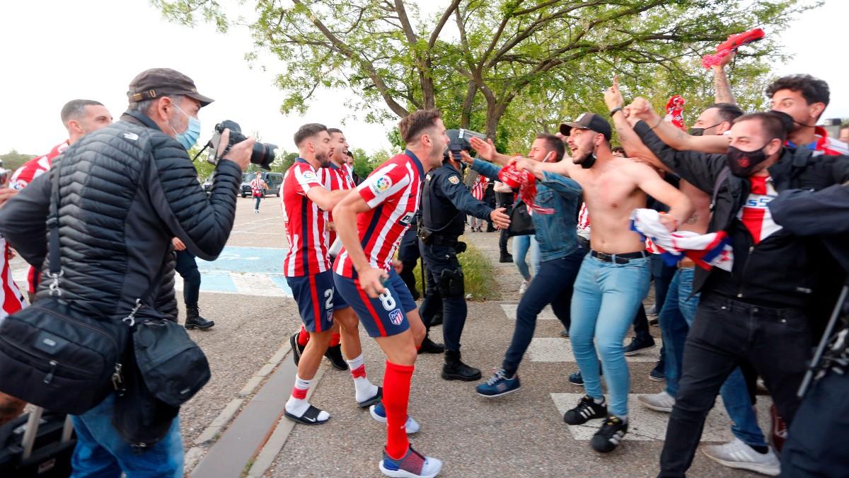 Los jugadores del Atlético celebran con la afición. (EFE)