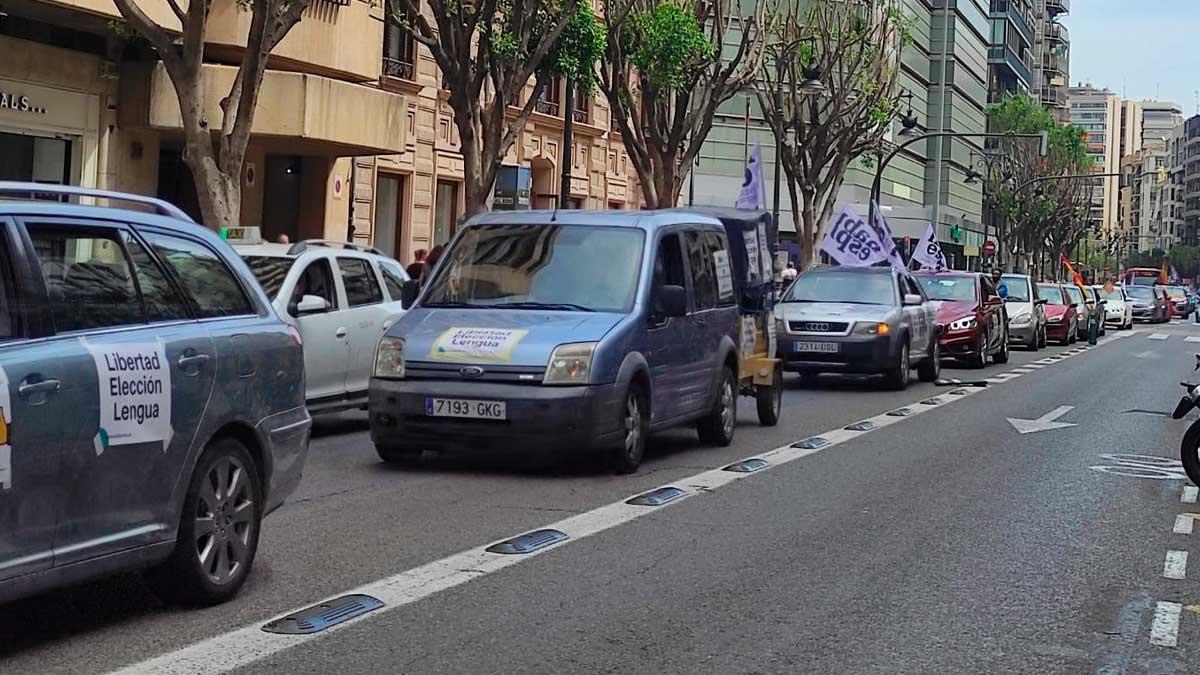 Marcha convocada por Hablamos Español a su paso por la calle Colón de Valencia. Foto:EP