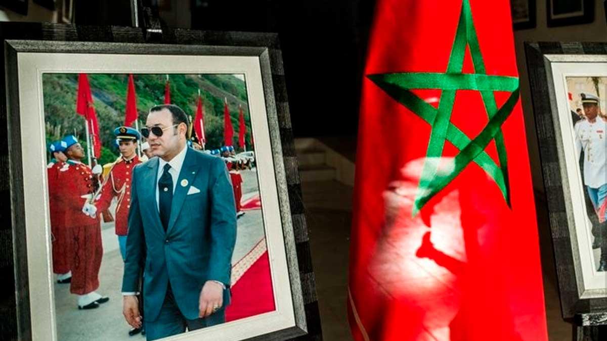 Bandera de Marruecos junto a un retrato del rey Mohamed VI. Foto. EP