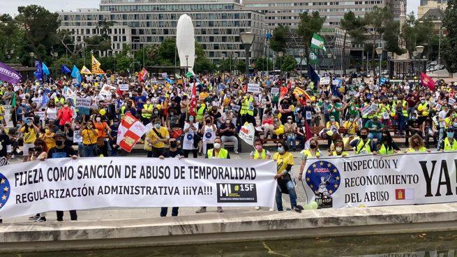 Miles de empleados públicos temporales se manifiestan contra el Gobierno y amenazan con una huelga