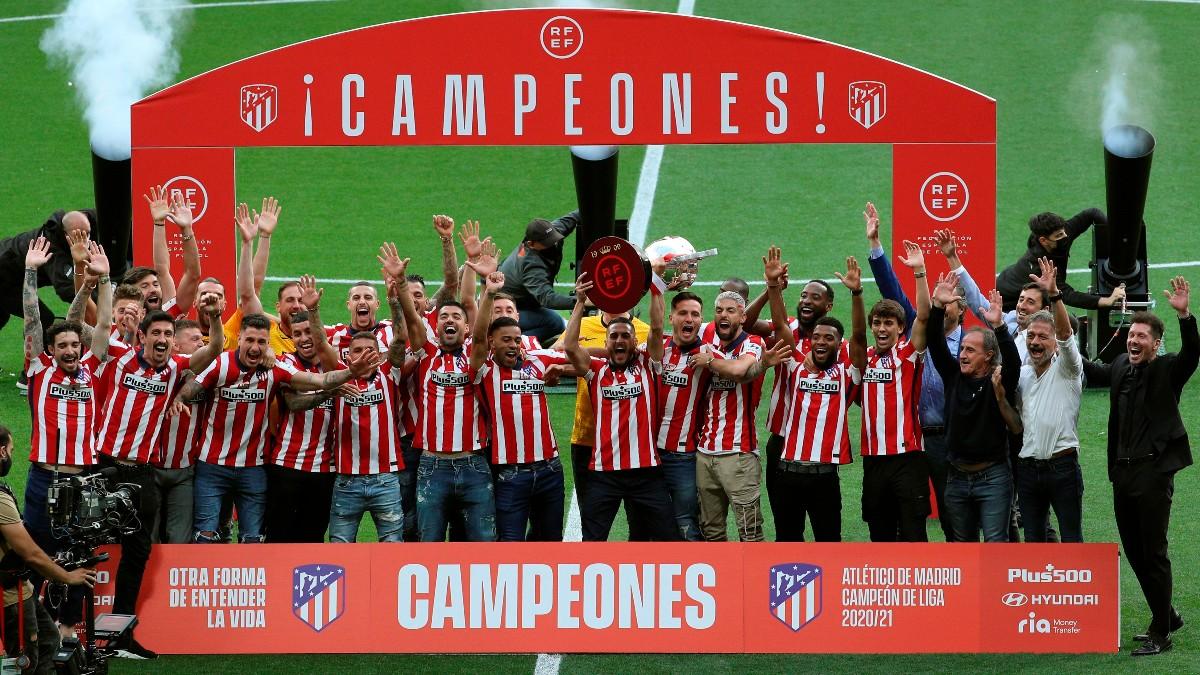 Los jugadores del Atlético levantan el título de Liga. (EFE)