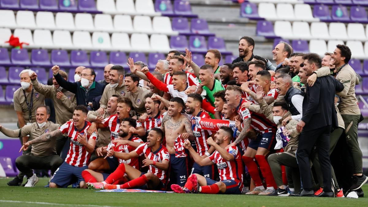 Los jugadores del Atlético posan tras ganar la Liga en Valladolid. (EFE)
