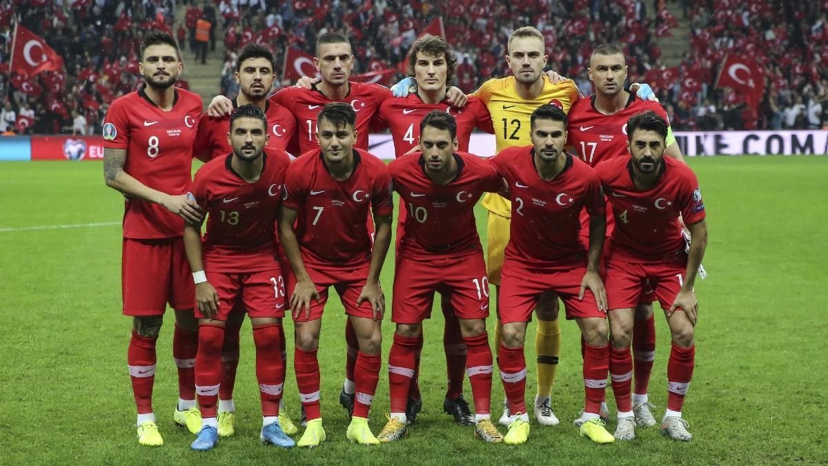 La selección turca, antes del comienzo de un partido. (Getty)